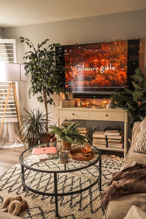 Living room inspiration and ideas for spending time inside right now Apartment Room, Home Decor Inspiration, Home Living Room, College Apartment Decor, Aesthetic Room Decor, Living Room Decor Apartment, Cozy House, Home Decor, First Apartment Decorating