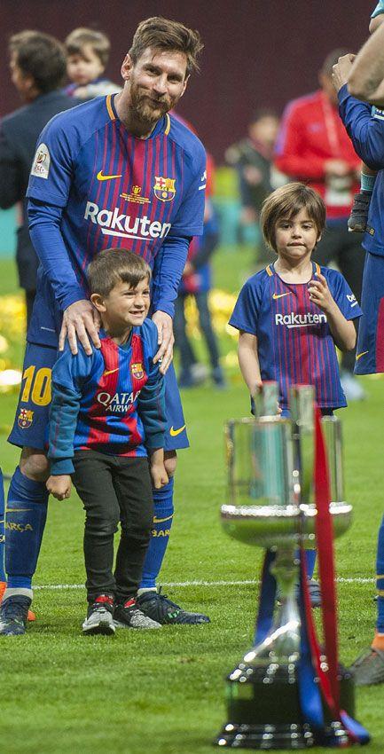 La Alegría De Los Jugadores Del Barça Y Sus Hijos Tras Ganar La Copa Del Rey Messi Y Su Hijo Fotos De Messi Futbol Messi