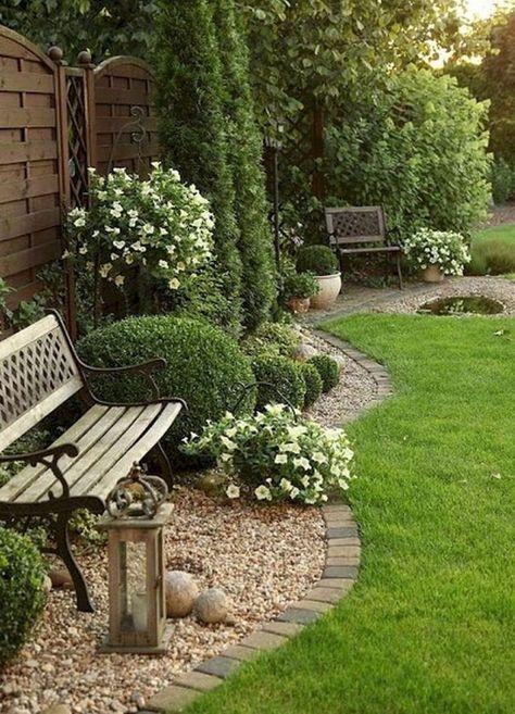 Entre un jardin aménagé et une pelouse on a trouvé le juste milieu ...