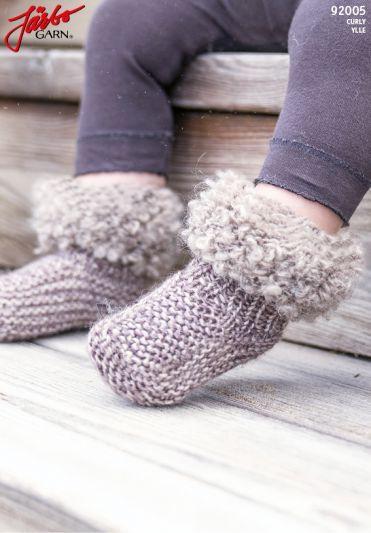 92005. FLUFFIGA BABYBOOTS | Stickmönster sockor, Garn