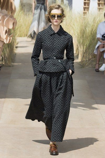 Christian Dior - Fall 2017 Couture Christian Dior Fall 2017 Couture Fashion Show Collection See the complete Christian Dior Fall 2017 Couture collection.