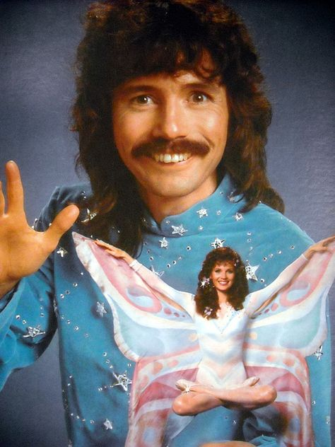 Doug Henning was a Canadian magician, illusionist, escape artist and politician. More than 50 million viewers tuned in for the December 1975 broadcast of Doug Henning's World of Magic, hosted by Bill Cosby. Photoshop Fails, Strange Family, 1970 Style, Funny Family Photos, Awkward Family Photos, Glamour Shots, Family Humor, Foto Art, Look Vintage