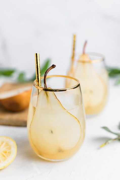 pear and ginger sparklers . with ginger, lemon, pear, honey - yum! this pear and ginger cocktail doen't only look good, it is also perfect for the wedding signature cocktails and we love this golden color Enjoy a never-ending summer season using these de Pear Drinks, Fancy Drinks, Cocktail Drinks, Yummy Drinks, Cocktail Recipes, Cocktail Ideas, Drink Recipes, Food And Drinks, Orange Drinks