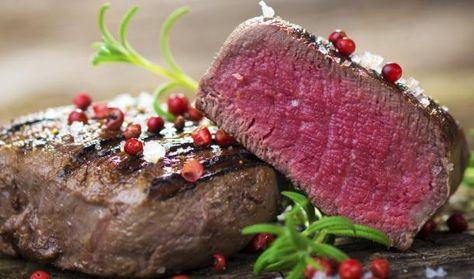 Steak Filet braten / Englisch, medium oder well-done? Wir verraten praktische Tipps wie Sie Steaks auf den Punkt garen. Dabei erklären wir den Handballentest, geben Angaben zu Garzeiten und zeigen die verschiedenen Garstufen. So wird Ihr Steak außen knusprig und innen schön saftig und zart. Rezept: http://www.daskochrezept.de/magazin/specials/kochen/steak-braten-so-gehts_150360.html
