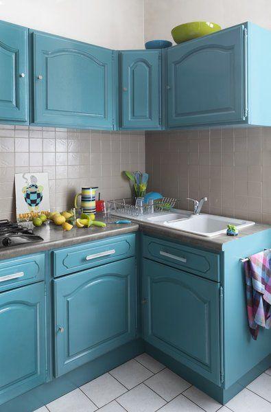 Les meubles du0027une cuisine en bois vernis repeints en bleu Gripactiv