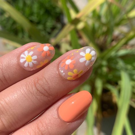 Professional manicurist Liz Lomeli breaks down her step-by-step guide to executing the cutest DIY daisy print manicure. Best Acrylic Nails, Acrylic Nail Designs, Cute Simple Nail Designs, Simple Nail Art Designs, Easy Nail Polish Designs, Simple Acrylic Nails, Diy Nail Designs, Summer Acrylic Nails, Acrylic Nail Art
