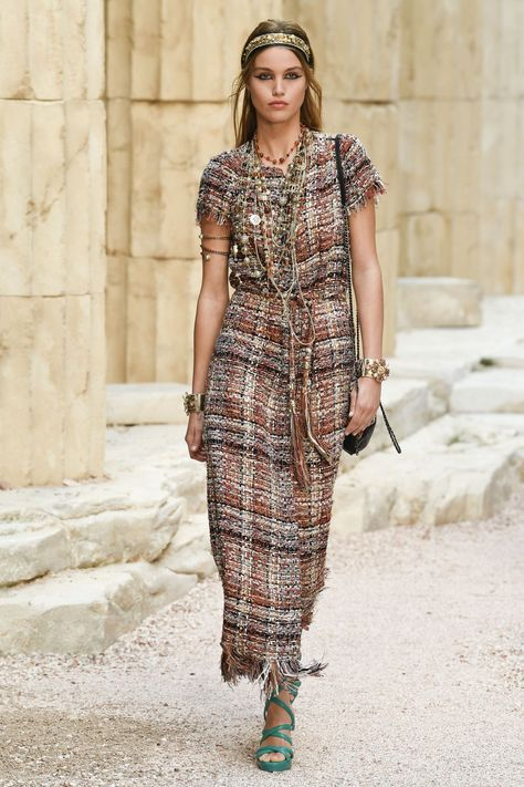 Chanel Resort 2018 Fashion Show Collection: See the complete Chanel Resort 2018 collection. Look 6