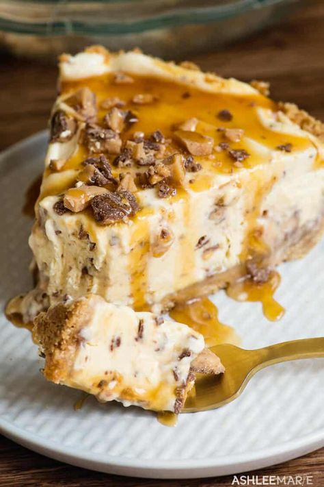 This Frozen Toffee Caramel Pie is easy to make and delicious a pudding based no churn ice cream pie that everyone loves ashlee marie pie summer frozen pie frozen des. Cold Desserts, Ice Cream Desserts, Mini Desserts, Frozen Desserts, Just Desserts, Desserts Caramel, Frozen Pies, Cheesecake Ice Cream, Frozen Treats