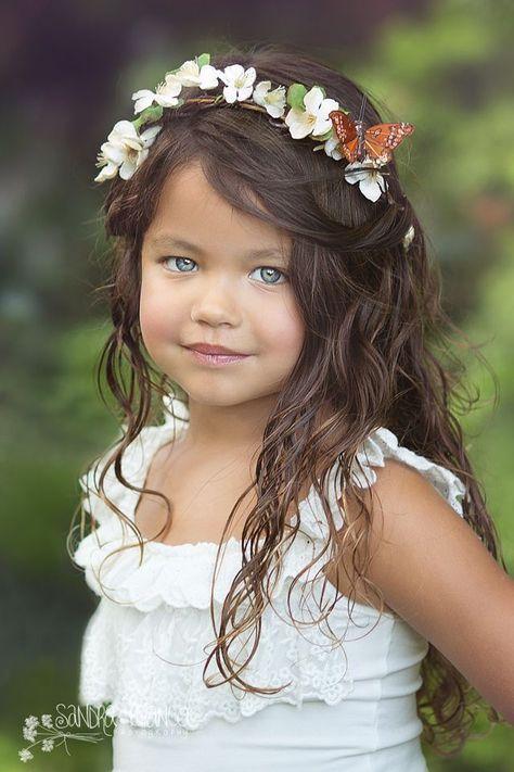 Jolie Coiffure Pour Petite Fille Avec Une Belle Couronne Florale Ideal Pour Une Ceremonie Ou Si Votre Pu Coiffure Mariage Coiffure Petite Fille Jolie Coiffure