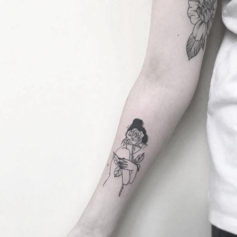 Repost dessa tattoozinha amor ❤️🌹 .·. #ink #tattoo2me #tattoo2us #blackworkers #flowertattoo #branchtattoo #fineline #delicadeza #inkedgirls #tattoo #inspirationtattoo #finelinetattoo #stttab #stabmegod