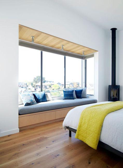 Sitzecke am Fenster mit rustikalen Akzenten architectura