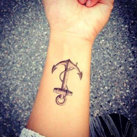 Tatouage poignet ancre marine. D'autres tatouages >  http://www.elle.fr/Beaute/Maquillage/Tendances/Tatouage-poignet/Tatouage-poignet-ancre-marine
