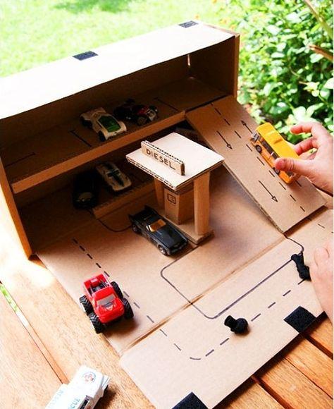 عمل جراج سيارات وبيت الدمى من الكرتون للاطفال بالصور Diy Kids Toys Cardboard Crafts Diy Cardboard