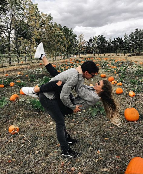 Discovered by Bella Montreal. Find images and videos about love, cute and couple on We Heart It - the app to get lost in what you love. Fall Couple Photos, Photo Couple, Cute Couple Pictures, Fall Pictures, Couple Shoot, Fall Pics, Couple Pics, Cute Boyfriend Pictures, Couple Things