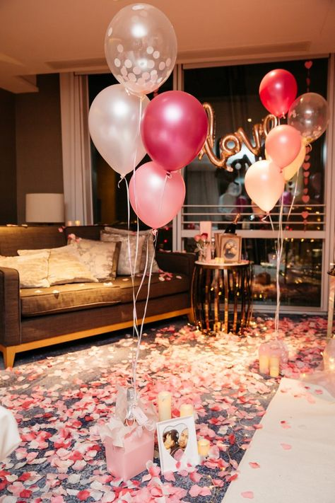 Picnic Ideas Discover Man Turns Hotel Room into Fairytale Surprise Proposal for His Girlfriend Wedding Proposal Ideas in The Shard London Romantic Surprises For Him, Romantic Room Surprise, Surprises For Her, Romantic Birthday, Girlfriend Surprises, Girlfriend Proposal, Birthday Surprises For Him, Romantic Night, Hotel Room Decoration