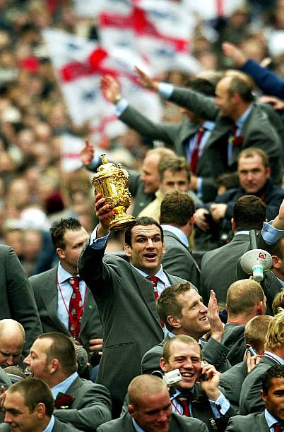 Captain Of The England Rugby Team Martin Johnson Holds The William Webb Ellis Trophy Aloft During The England Rugby World Cup Team Victory P England Rugby Team England Rugby World Cup