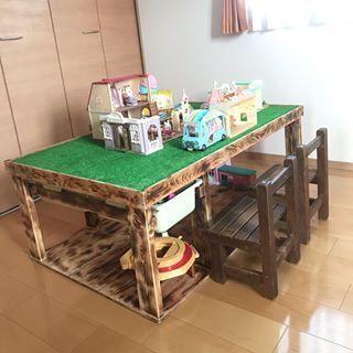 プレイテーブル 旦那がdiyしてくれました 人工芝ひいて完成 今はシルバニアばっかりだけど プラレールとかレゴもここで遊ばせたい 使わなくなったらクローゼットにぴったり入るサイズにしました プレイテーブル プレイテーブルdiy 手作りプレイテーブル