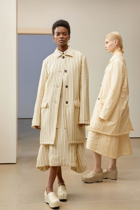 Jil Sander Pre-Fall 2019 collection, runway looks, beauty, models, and reviews.