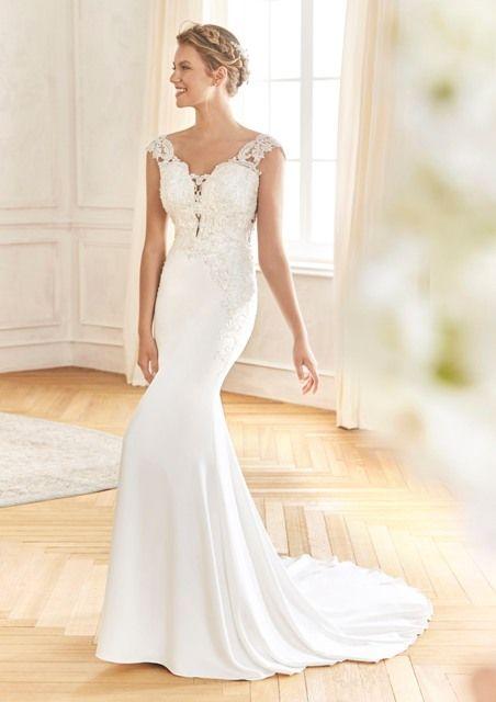 Gefunden Bei Happy Brautmoden Brautkleid Elegant Elegantes Brautkleid La Sposa By Pronovias Spitze Spitzenkleid Edel Kleid Hochzeit Brautmode Brautkleid