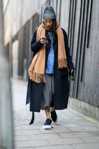 Look incredibly stylish yet comfortable by wearing a navy coat and grey culottes. Finishing off with a pair of navy low top sneakers is an effective way to infuse an air of casualness into this outfit.