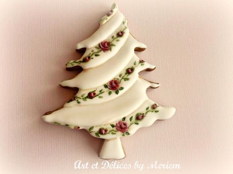 Christmas tree with painted roses by: Art Et Délices By Meriem, Christmas tree | Cookie Connection