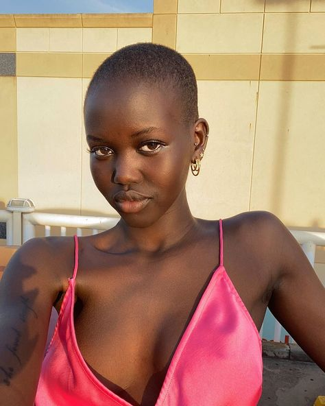 She was named Model of the Year at the 2019 Fashion Awards but Adut Akech's 2019 wasn't as perfect as it seemed. Beautiful Dark Skinned Women, Beautiful Black Girl, Dark Skin Makeup, Dark Skin Beauty, Black Beauty, Korean Skincare, Modelo Albino, Black Girl Aesthetic, Brown Skin Girls