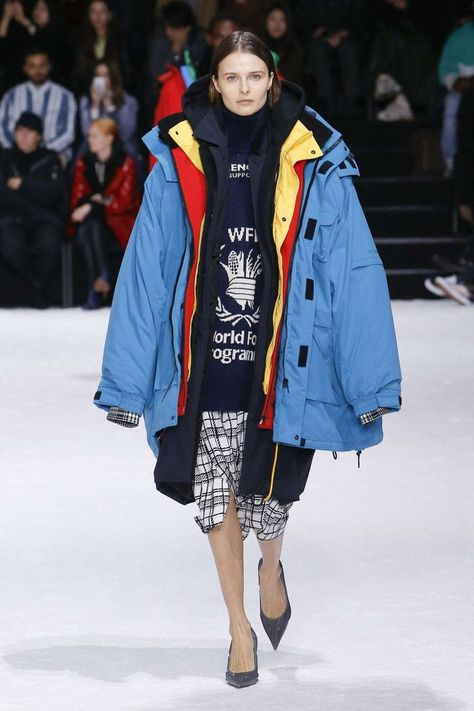 Couture Sportwear Balenciaga Fall Winter 2018 2019 Vogue Runway Manteau Parka. Read the Fall Winter 2018 2019 Trends Fashion Week Coverage on Houseofcomil.com