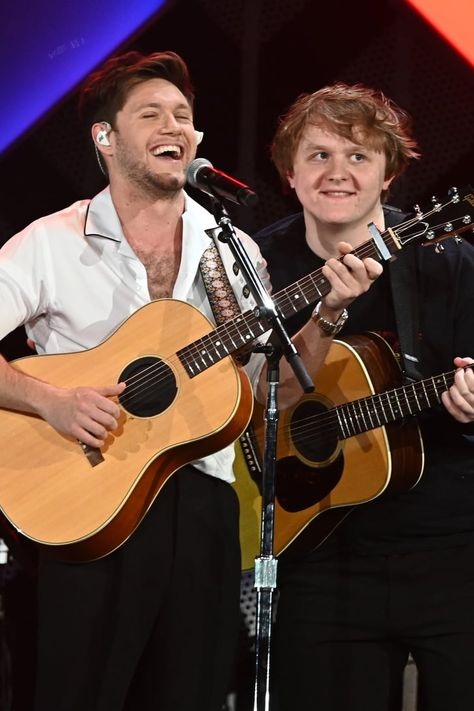"Niall Horan and Lewis Capaldi Singing ""Teenage Dream"" Video Naill Horan, Trauma, Tom Felton, Classical Guitar, James Horan, Teenage Dream, World Music, Guitar Lessons, Guitar Tips"