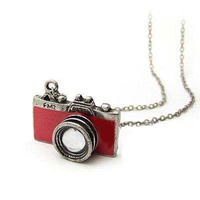 """Collier """"APPAREIL PHOTO"""" rouge - Dimension du tour de cou : 69 cm  Dimension du pendentif : 3,3 cm  Pendentif appareil photo rouge.  Prix de vente : 10 € TTC"""