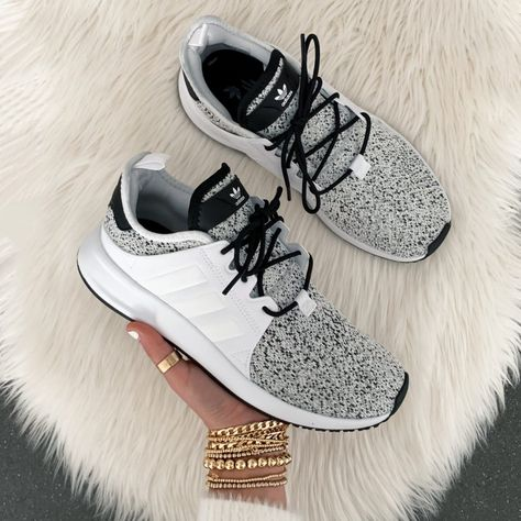 Sharing sneakers to add to your workout gear or some fashion forward athletic picks to wear with casual outfits. Women's Shoes, Tennis Shoes Outfit, Cute Shoes, Casual Shoes, Casual Outfits, Addidas Sneakers, Sneakers Mode, Sneakers Fashion, Shoes