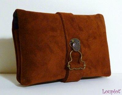 Cette blague à tabac en cuir véritable velours marron se compose d'une grande poche pour le paquet de tabac et trois petites poches pour le papier, le briquet, et les filtres. Un - 1980010