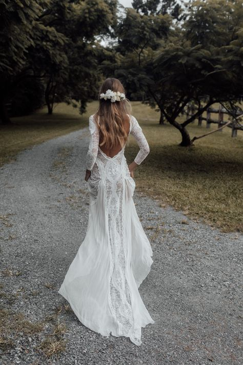 Lace Wedding Dress With Sleeves, Cute Wedding Dress, Bohemian Wedding Dresses, Long Wedding Dresses, Gowns With Sleeves, Lace Dress, Wedding Dress Not White, Boho Wedding Hair Updo, Long Fall Dresses