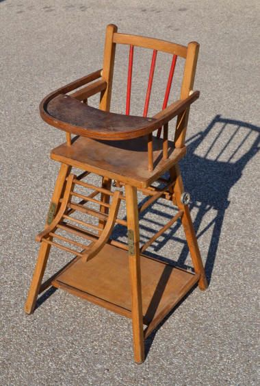 Chaise haute en bois - La tablette se relève pour asseoir l'enfant plus facilement - De nos jours on y ajouterait une lanière centrale, pour empêcher le bébé de glisser sous la tablette, voir ici : http://www.20th.ch/chaise_haute_pour_bebe_vintage_en_bois_1950.jpg                                                                                                                                                      Plus