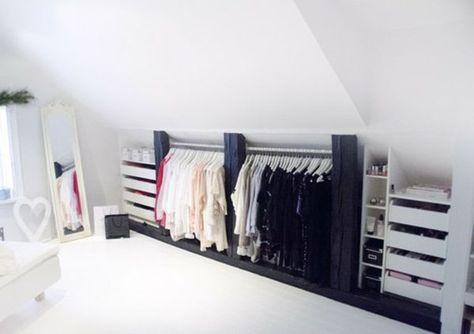 dressing mansarde sous le toit avec ouvert espace de rangement, miroir et lit