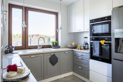 Klasyczna Kuchnia Ksztalt Litery U Okno Home Kitchens Kitchen Kitchen Cabinets