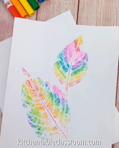 These rainbow leaf prints just require washable markers, leaves, and paper. #rainbow #leafart #naturecrafts #printmaking #markers #kitchentableclassroom