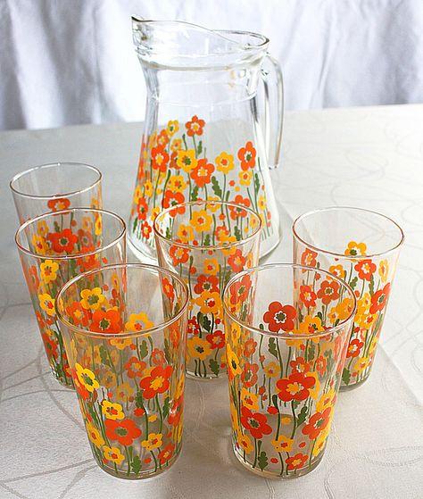 Neat Juice glasses and pitcher vintage. Vintage Kitchenware, Vintage Dishes, Vintage Glassware, Antique Dishes, Vintage Enamelware, Vintage Love, Retro Vintage, Retro Home, Kitsch