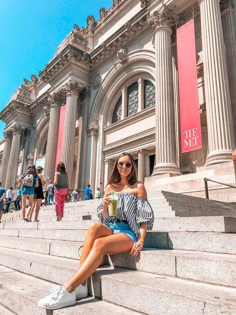Sentada nas escadarias do MET esperando as amigas Blair e Serena hehe Esse lugar é incrível! Impossível andar por Nova York e não lembrar de Gossip Girl. Que série! #gossipgirl
