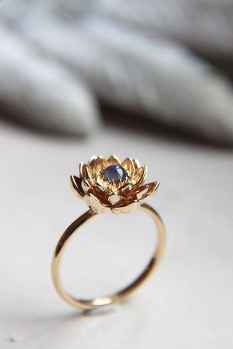 Combine Jewelry With Clothing - Prepayment for rose gold moonstone lotus ring size 7 1/2 - The jewels are essential to finish our looks. Discover the best tricks to combine jewelry with your favorite items