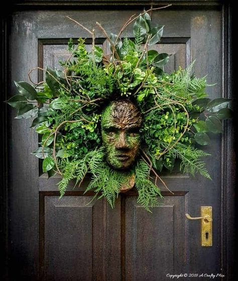 How to Make a Greenman Wreath. Seasonal summer DIY wreath to decorate your front door. Outdoor DIY home decor on a budget. All that beautiful lush greenery is just what we needed to welcome summer. We hung this DIY wreath on our front door. Dollar Tree Halloween, Halloween Snacks, Halloween Crafts, Vintage Halloween, Diy Halloween Wreaths, Vintage Witch, Halloween 2019, Halloween Stuff, Halloween Costumes
