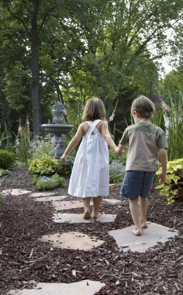 Gartenwege richtig anlegen Rindenmulch, Bett und Wirken