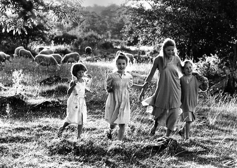 Atelier Robert Doisneau I Site officiel // Lumière d'été. Siran 1980. ( also on http://www.gettyimages.co.uk/detail/news-photo/promenade-of-   young-girls-in-the-countryside-  the-pastoral-news-photo/121517745   vfe0903