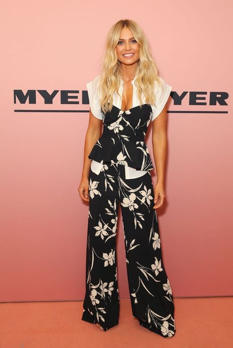 816af47123ba Check out this gorgeous black   white floral print jumpsuit. Sleeveless top  compliments the wide flared bottom.  floraljumpsuit  jumpsuitoutfitideas ...