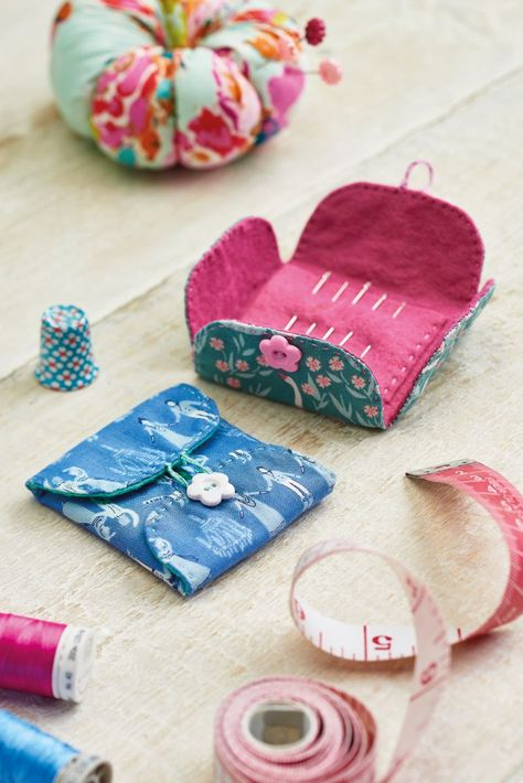 If you're forever losing needles, then you'll need to whip up one of these easy cases from Corinne Bradd! Offering up a soft felt lining and adorable button closure, this handy project can be stored in travel bags or tucked neatly away in your craft room. Sewing Hacks, Sewing Tutorials, Sewing Crafts, Simple Sewing Projects, Felt Crafts Diy, Felt Diy, Needle Case, Needle Book, Sewing Box