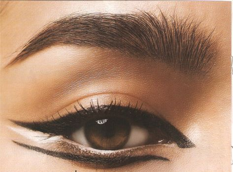 slightly smudged yet clean, top bottom liner, bold, white highlights, extremely mod sassy cat eye
