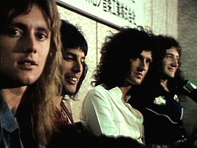 Find images and videos about gif, Queen and Freddie Mercury on We Heart It - the app to get lost in what you love. Queen Freddie Mercury, Queen Brian May, I Am A Queen, Great Bands, Cool Bands, Wattpad, Queen Banda, Queen Drummer, Spirit Fanfics