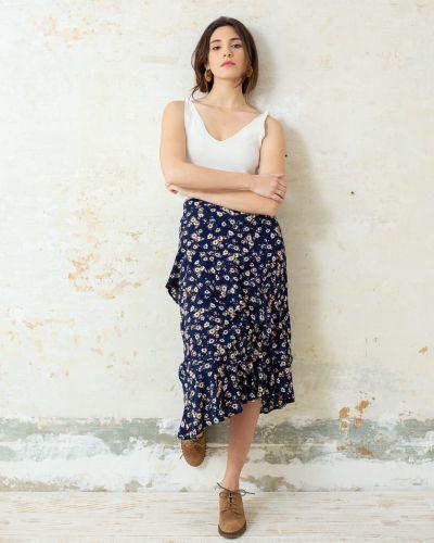 5b27c83ee ODILE FALDA MIDI AZUL VOLANTE FLORES Bonita falda de corte midi en ...