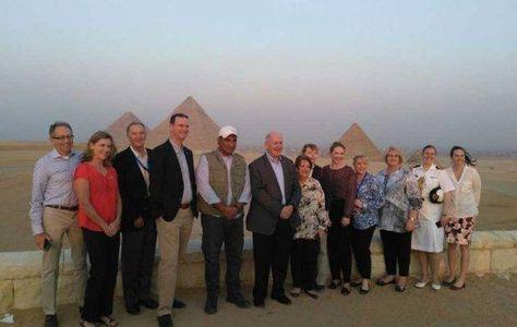 بالصور الحاكم العام لأستراليا بيتر كوسجروف يزور الأهرامات خلال زيارته الأولى لمصر ا