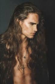 """Lunghi capelli e fascino virile. Ecco come immagino Shantir, protagonista del racconto spin-off Indegno. Il """"libero amante"""" tradito dall'amore."""