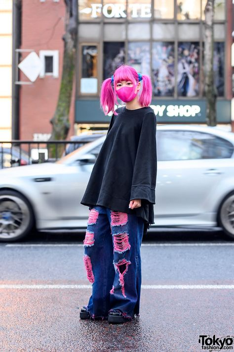 Pink Twintails Kawaii Harajuku Street Style w/ Face Mask, One Spo Oversized Top & Qooza Platform Creepers (Tokyo Fashion News) Japan Street Fashion, Korean Street Fashion, Tokyo Fashion, Harajuku Fashion, Japanese Fashion Street Casual, Japan Fashion Casual, Chinese Fashion, Korea Fashion, Mode Harajuku